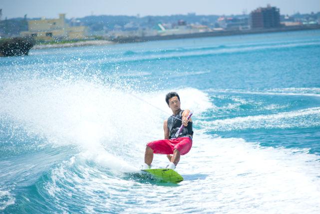 【沖縄県北谷町・ウェイクボード・体験】初めてでも大丈夫!基礎から丁寧に教えます|アソビュー