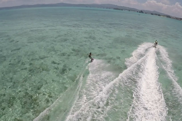 【沖縄・古宇利島・ウェイクボード】ハートロックのある島で爽快ウェイクボード!|アソビュー